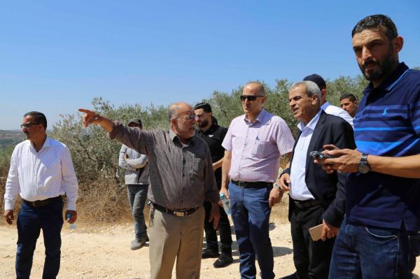 محافظ قلقيلية يتفقد بلدة باقة الحطب ويؤكد على حق المواطنين في استصلاح أراضيهم