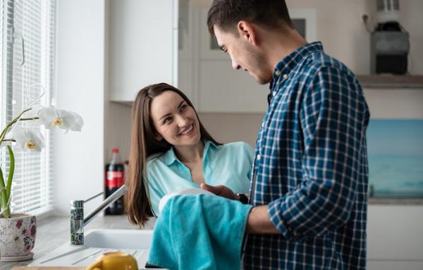 إليكِ أهم العبارات التي تملكين بها قلب زوجك