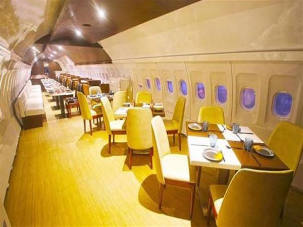 """شاهد: فلسطينيان يبدعان بتحويل طائرة """"بيونغ 707"""" إلى مطعم"""