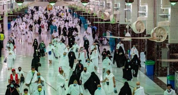 شاهد: بدء توافد الحجاج إلى المسجد الحرام