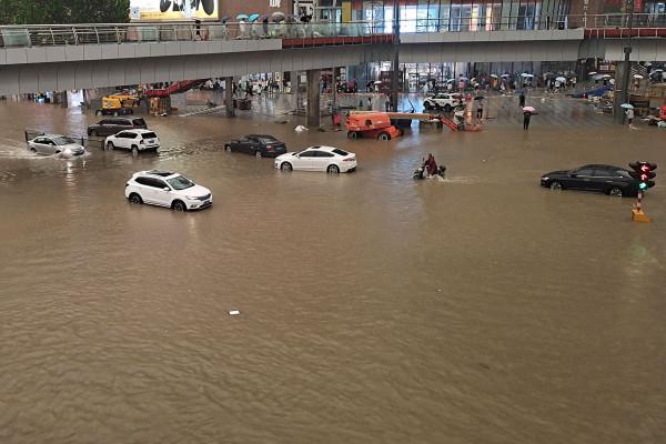 شاهد: إنقاذ امرأة بأعجوبة بعد فيضانات ضربت الصين