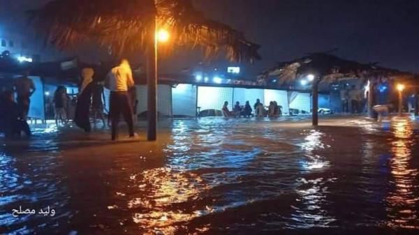 شاهد: الأمواج تُغرق خيام المواطنين والاستراحات المتواجدة على شاطئ القطاع
