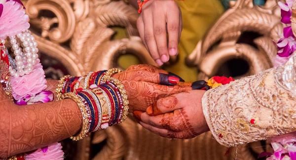 شاهد: فنانة خليجية تثير الجدل برغبتها بالزواج من هندي
