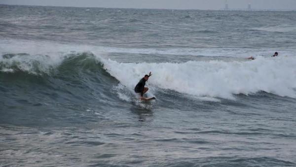 """خبير بيئي يوضح لـ""""دنيا الوطن"""" سبب الأمواج العالية على شواطئ بحر غزة"""