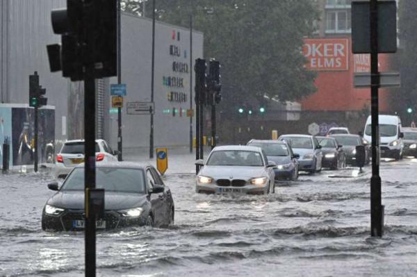بريطانيا: الفيضانات تغرق شوارع لندن والسلطات تعلق المواصلات العامة