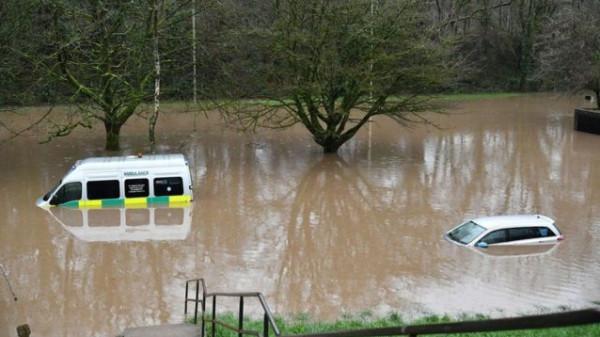 شاهد: لحظة سقوط مذيعة ألمانية أثناء تغطيتها لفيضان