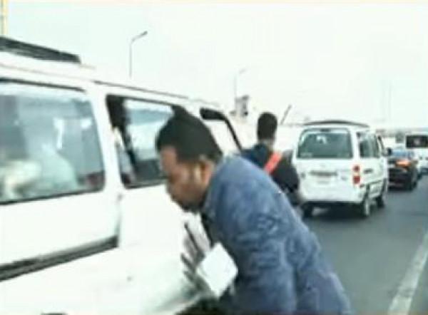 شاهد.. مصر: مراسل صحفي يتعرض لحادث على الهواء مباشرة