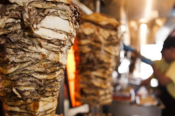 الكشف عن تفاصيل جديدة حول إغلاق أحد مطاعم الشاورما بمدينة غزة