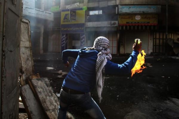 شبان يلقون زجاجات حارقة صوب سيارات للمستوطنين قرب القدس