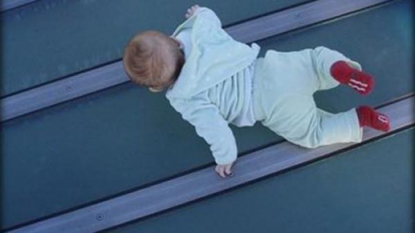 شاهد: لحظات تحبس الأنفاس لسيدة تلتقط طفلا سقط من نافذة بناء مرتفع