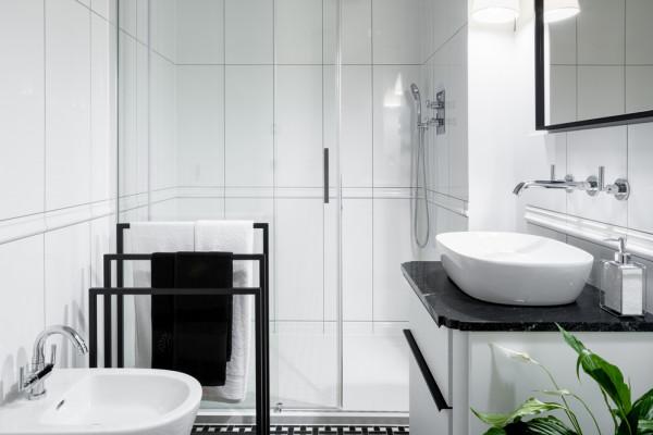 إليكِ أهم الخدع في الديكور لتكبير مساحة الحمّام الملحق بغرفة النوم