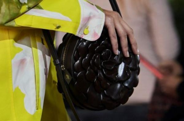 شاهدي: أجمل موديلات حقائب اليدّ الدائرية الملوّنة