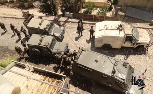 """الاحتلال يهاجم موكب تشييع الشهيد """"شوكت عوض"""" في بيت أمر شمال الخليل"""