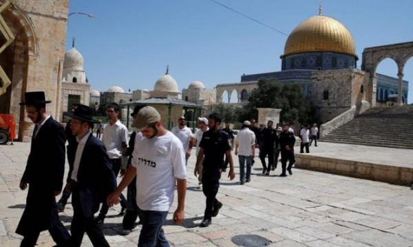عشرات المستوطنين المتطرفين يقتحمون الأقصى المبارك