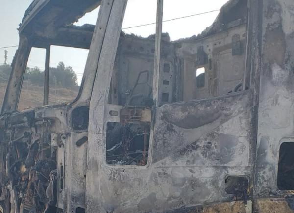 نقابة سائقي النقل العام في طولكرم تستنكر حرق شاحنتين قرب معبر الطيبة