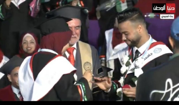 شاهد: خرّيج يتقدم لخطبة زميلته خلال حفل تخرجهما في غزة