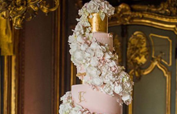إليكِ أجمل التصاميم الأنيقة لكعكات الزفاف الكبيرة