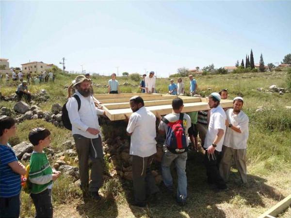 مستوطنون يشقون طريقاً استيطانياً شرق بيت لحم