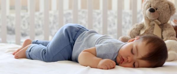 متى يصبح نوم الطفل الرضيع طبيعي و يتعدل؟