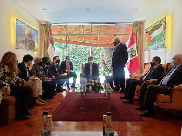رئيس وزراء البيرو يزور سفارة فلسطين ويعقد اجتماعين مع سفراء الدول العربية والإسلامية