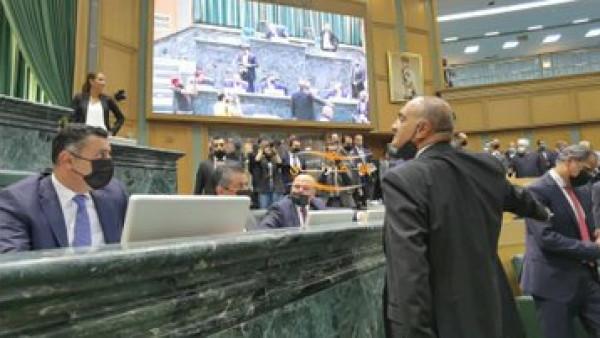 الأردن: نائب يمنع رئيس الوزراء من الجلوس في مقعده بالبرلمان