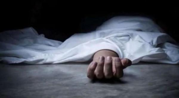 لسبب مجهول.. شاب يقتل أمه ويمثل في جثتها أمام المارة