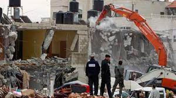 الاحتلال يهدم منشآت تجارية في بلدة حزما بالقدس