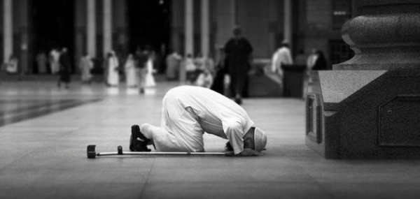 هل يجوز الصلاة عن شخص حي أو متوفي؟