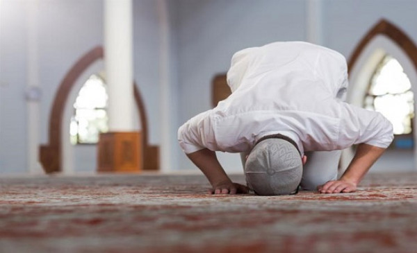 شاهد: هل يجوز التحدث مع المصلي خلال الصلاة؟