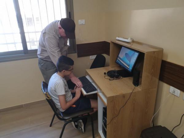 مديرية بيت لحم وقطر الخيرية يسلمان كرسيين لطفلتين من ذوي الإعاقة