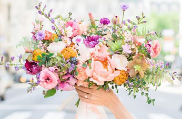 استغلّي زهور الربيع لديكور حفل زفاف راقي وملكي