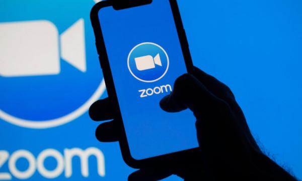 """Zoom"" تضيف خدمات النسخ المباشر لتحويل الكلام لنصوص"