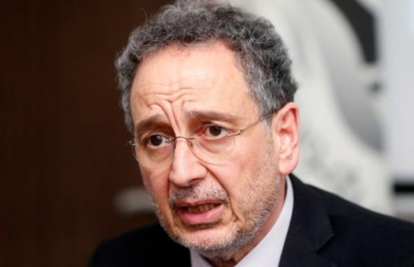 شاهد: بكاء وزير الاقتصاد اللبناني السابق خلال مراسم تسليم الوزير الجديد