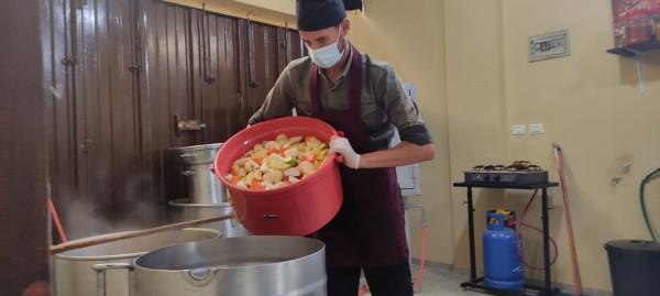 تكية شباب الأمة تقدم وجبات الغداء (مفتول) للأسر الكريمة