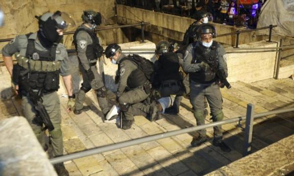 قوات الاحتلال تعتدي على المقدسيين بمنطقة باب العامود