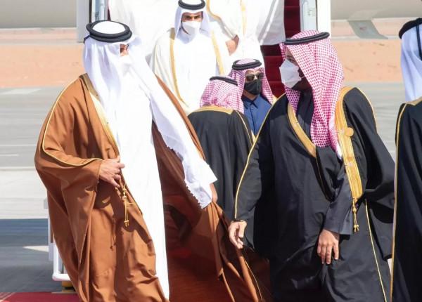 """شاهد: الأميران تميم وبن سلمان بـ """"الشورت"""" بلقاء قطري إماراتي سعودي بالبحر الأحمر"""