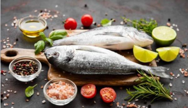 ما الأفضل صحيًا.. السمك المعلب أم المجمد؟