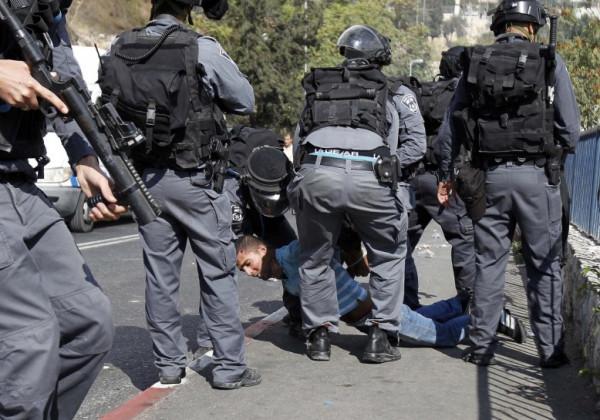 اعتقال أربعة شبان بعد اعتداء جيش الاحتلال والمستوطنين عليهم بالخليل