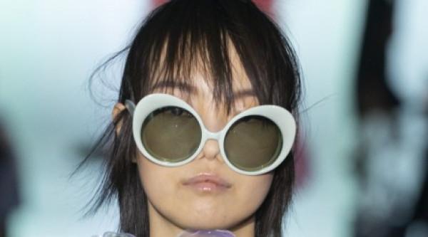 شاهدي: أرقى النظارات الشمسية بألوان ترابية دافئة