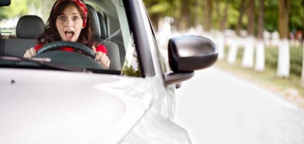 شاهد: سيدة تثير السخرية باقتحامها بسيارتها مكتب اتصالات بالرياض