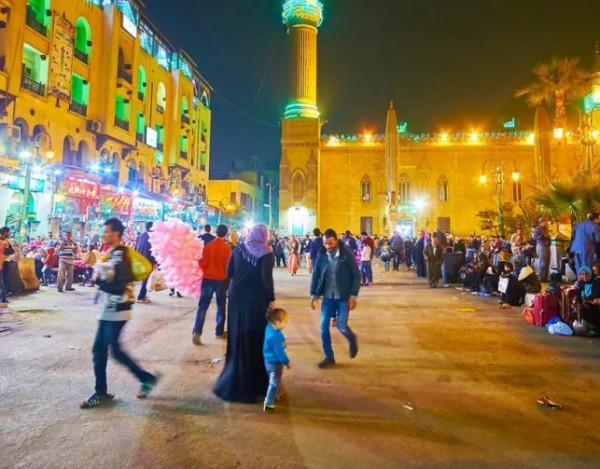 بسبب رهان.. رجل مصري يتجول عارياً في شوارع مصر