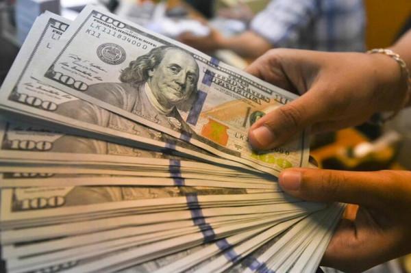 انخفاض الدولار الأميركي عن أعلى مستوياته في شهر