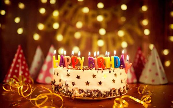 شاهد: شعر فنانة شهيرة يحترق خلال احتفالها بعيد ميلادها