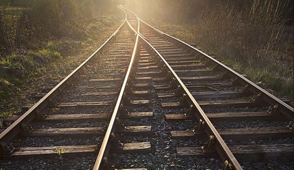 شاهد: لحظات تحبس الأنفاس لسيدة تنجو من حادث دهس قطار سريع