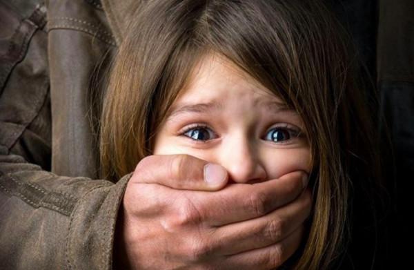 """بعد استدراجها.. شاب يغتصب قريبته لعدة ساعات ثم يحرقها بـ""""البنزين"""""""