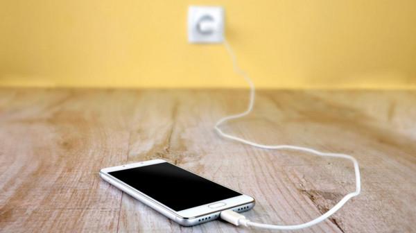مطالبات باعتماد سلك شحن موحد للهواتف رغم اعتراض (آبل)