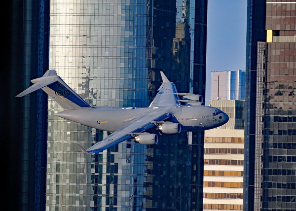 """""""مشهد مشابه لأحداث 11 سبتمبر"""".. طائرة تحلق بين ناطحات السحاب في أستراليا"""