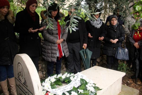 شاهد: خالدة جرار تبكي عند قبر ابنتها سهى