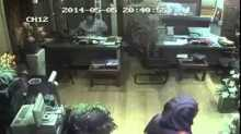 """بالفيديو.. كاميرا مراقبة تفضح سيدة تسرق محل بـ""""المغافلة"""""""