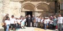 المطران عطاالله حنا يستقبل المشاركين في مخيمات القدس الصيفية في كنيسة القيامة